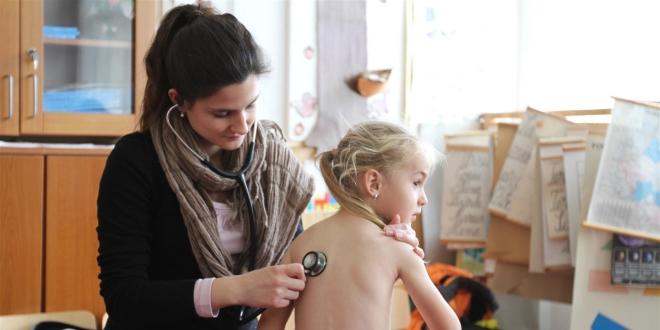 Erdélyben vizsgálnak a Nemzetközi Gyermekmentő Szolgálat önkéntes orvosai
